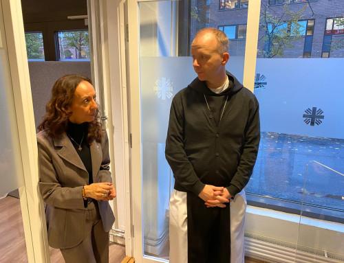Biskop Erik Varden på besøk hos Caritas