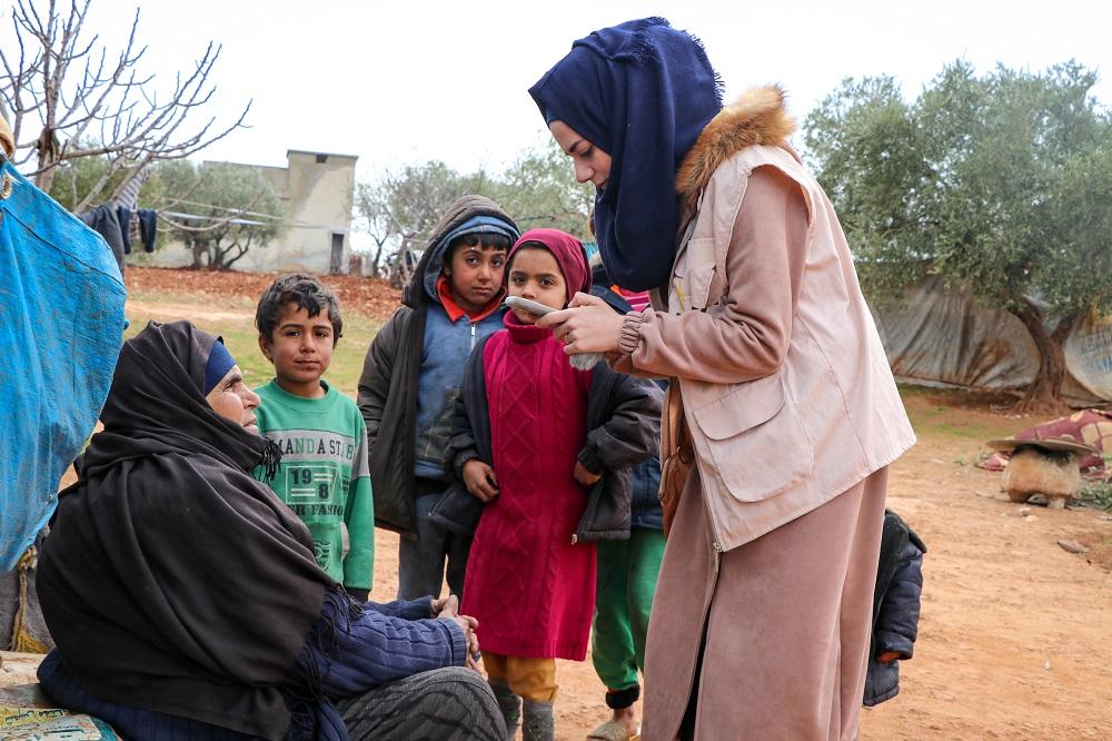 Lokale hjelpearbeidere kommer med medisinsk assistanse og nødhjelp til familier som har flyktet fra krigen. Nødhjelpen inkluderer rent vann og hygienesett med en bolle, såpe, shampo, våtservietter og tannbørster, blant annet. (Foto: CAFOD)