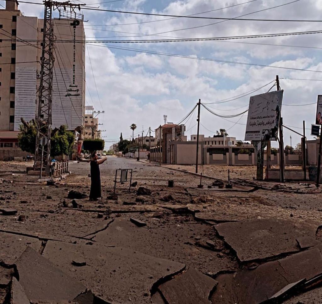 En mann står i en gate med store ødeleggelser etter et bombeandgrep.