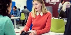 Anna-Sofie Ekendahl Dreyer, teamkoordinator arbeidsinnvandring veileder en klient på Caritas ressurssenter.