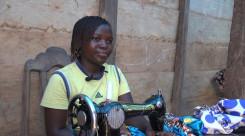 Louange 15 år gammel jente fra DR Kongo ved symaskinen.