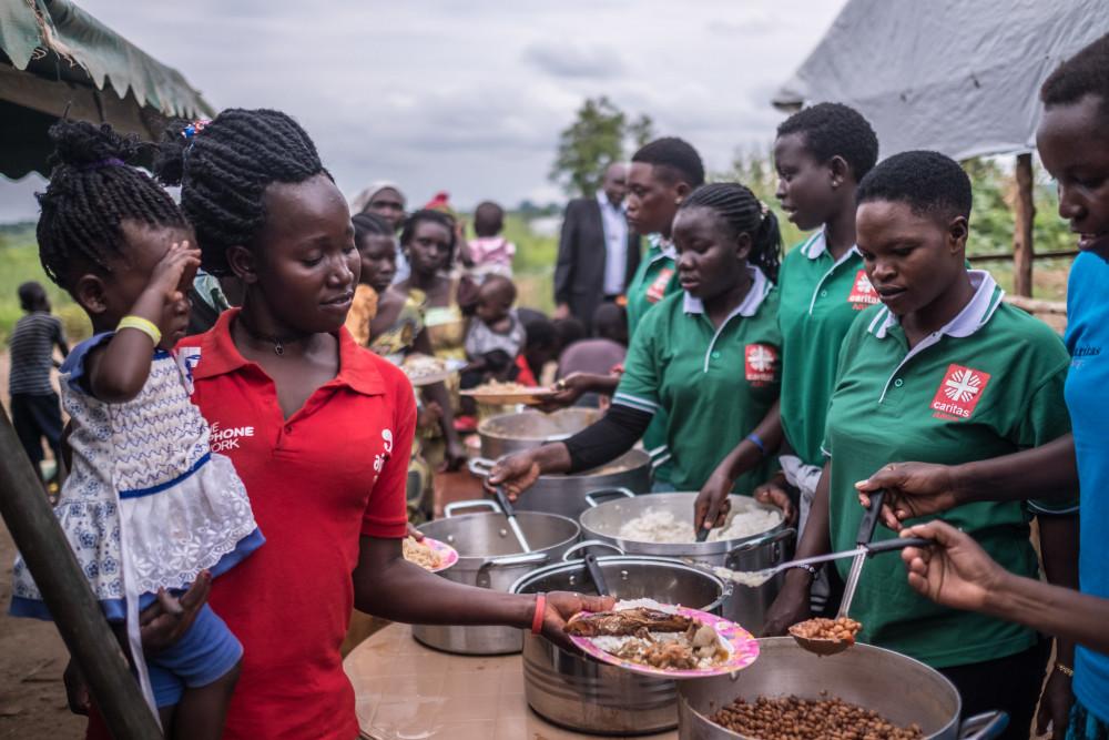 Caritas deler ut mat til flyktninger i flyktningleiren Bidi Bidi i Uganda.