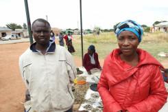 Albert Mwelwa og kona på grønnsaksmarkedet