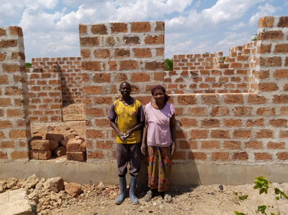 Albert Mwelva og kona foran huset de bygger i Zambia